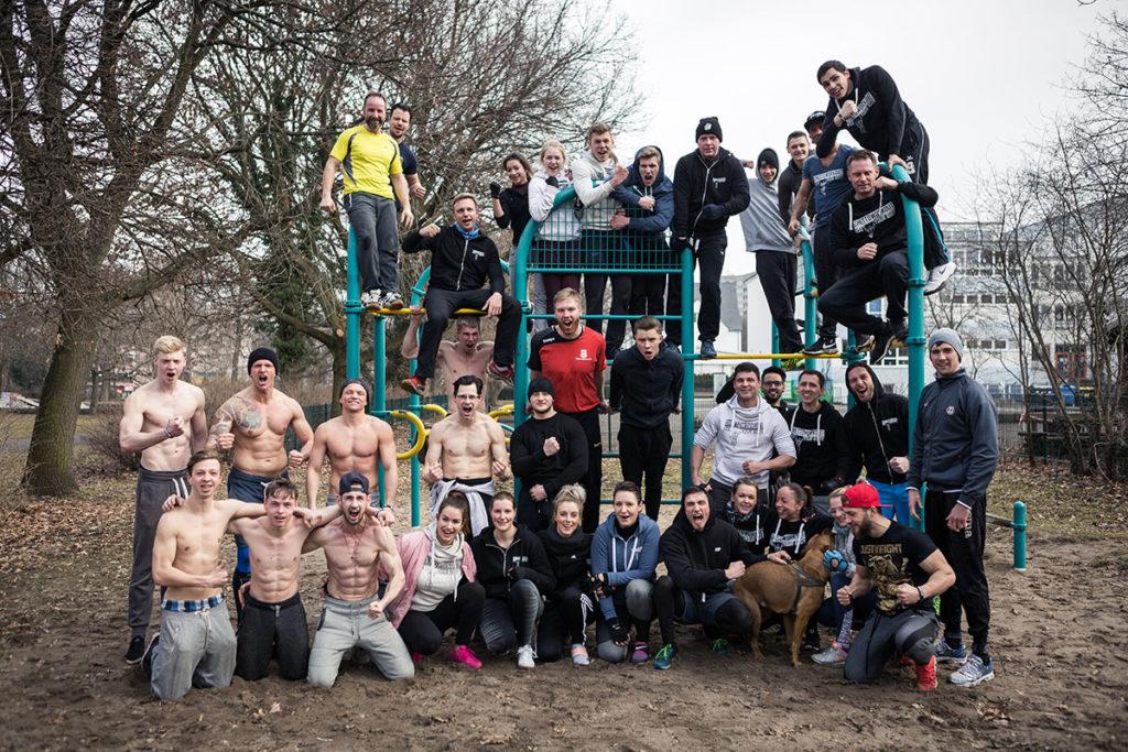 Gruppenfoto des Calisthenics-Vereins Ghettoworkout e.V. aus Dessau während eines Outdoor-Workouts