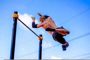 Bild eines Freestyle Calisthenics Athleten an der Bar