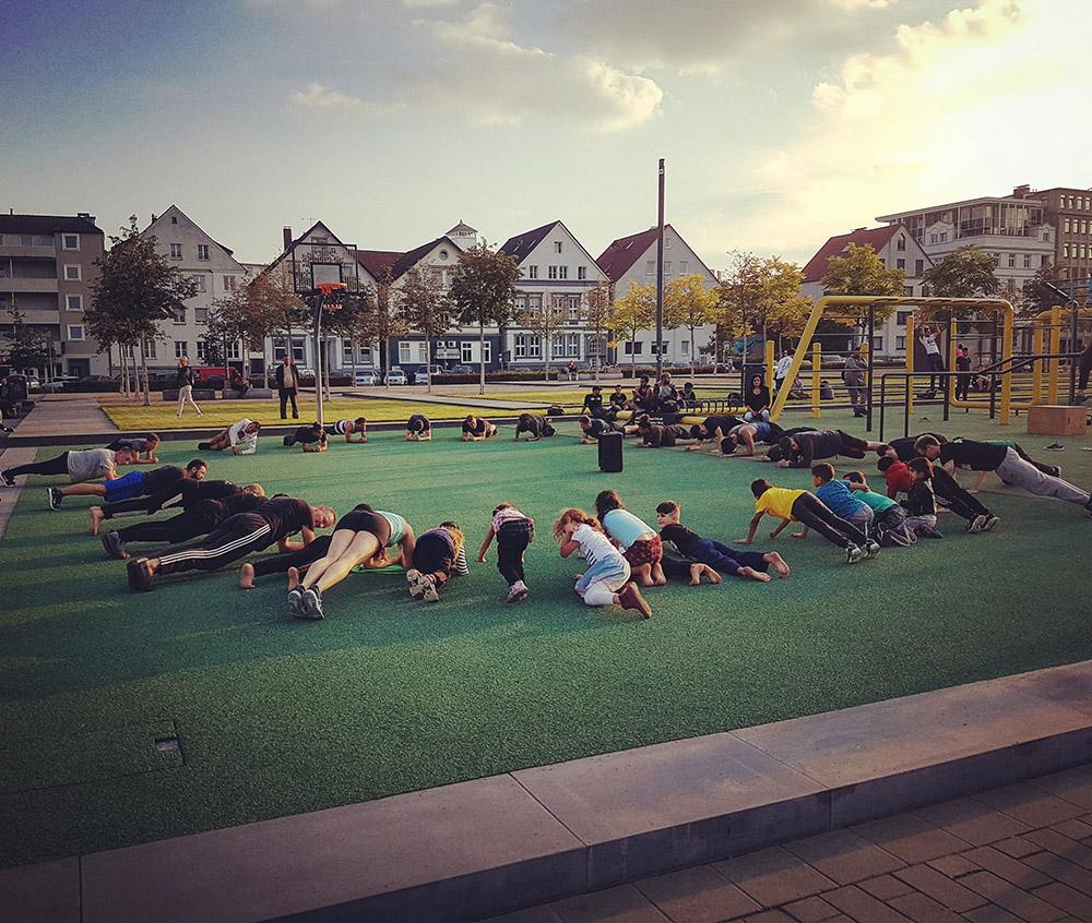 Ein großer Plank-Zirkel mit vielen Menschen in Bielefeld