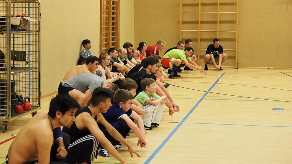 Kinder und Jugendliche während eines Workouts bei Hood Training