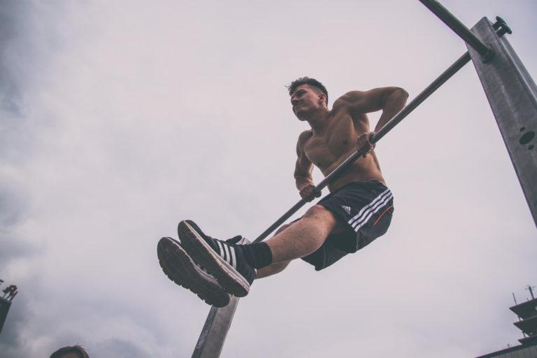 Der Muscle up zählt zu den bekanntesten Übungen im Calisthenics Sport.