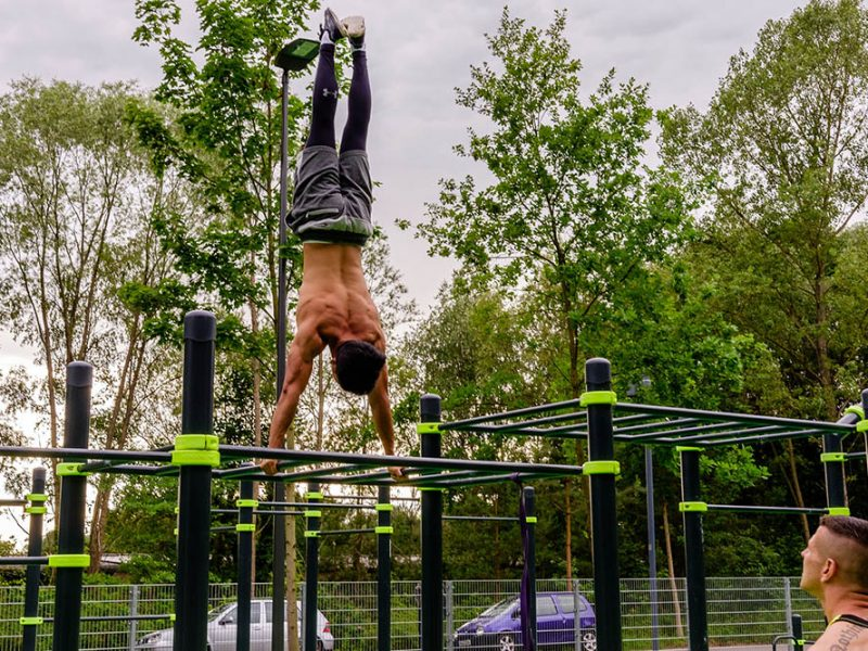 Bild eines Athleten während eines Handstands im Calisthenics Park